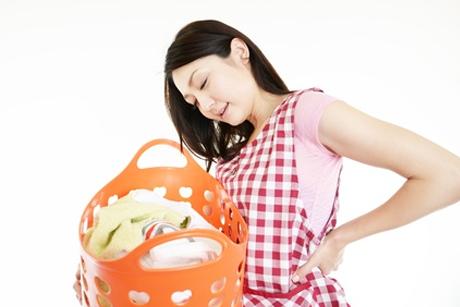 腰痛の辛い症状で家事に支障が出ている女性