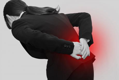 運動不足や長時間のデスクワークも腰痛の原因になります